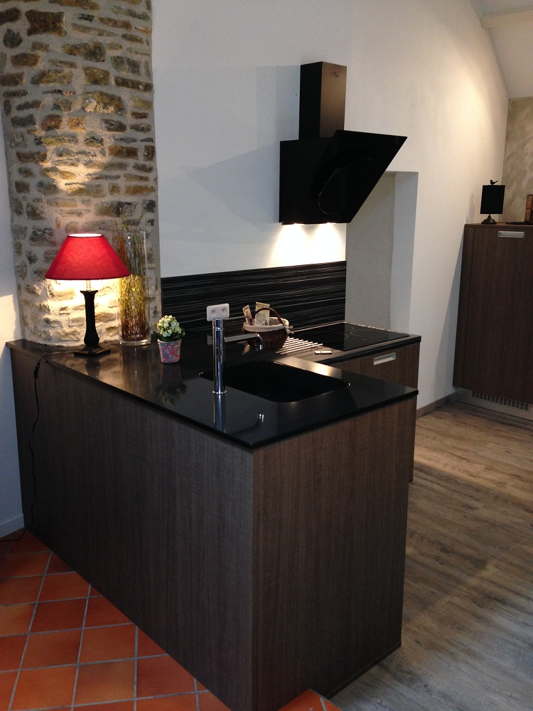 Cuisine plan granit noir cuisines habitat for Hotte de cuisine noir